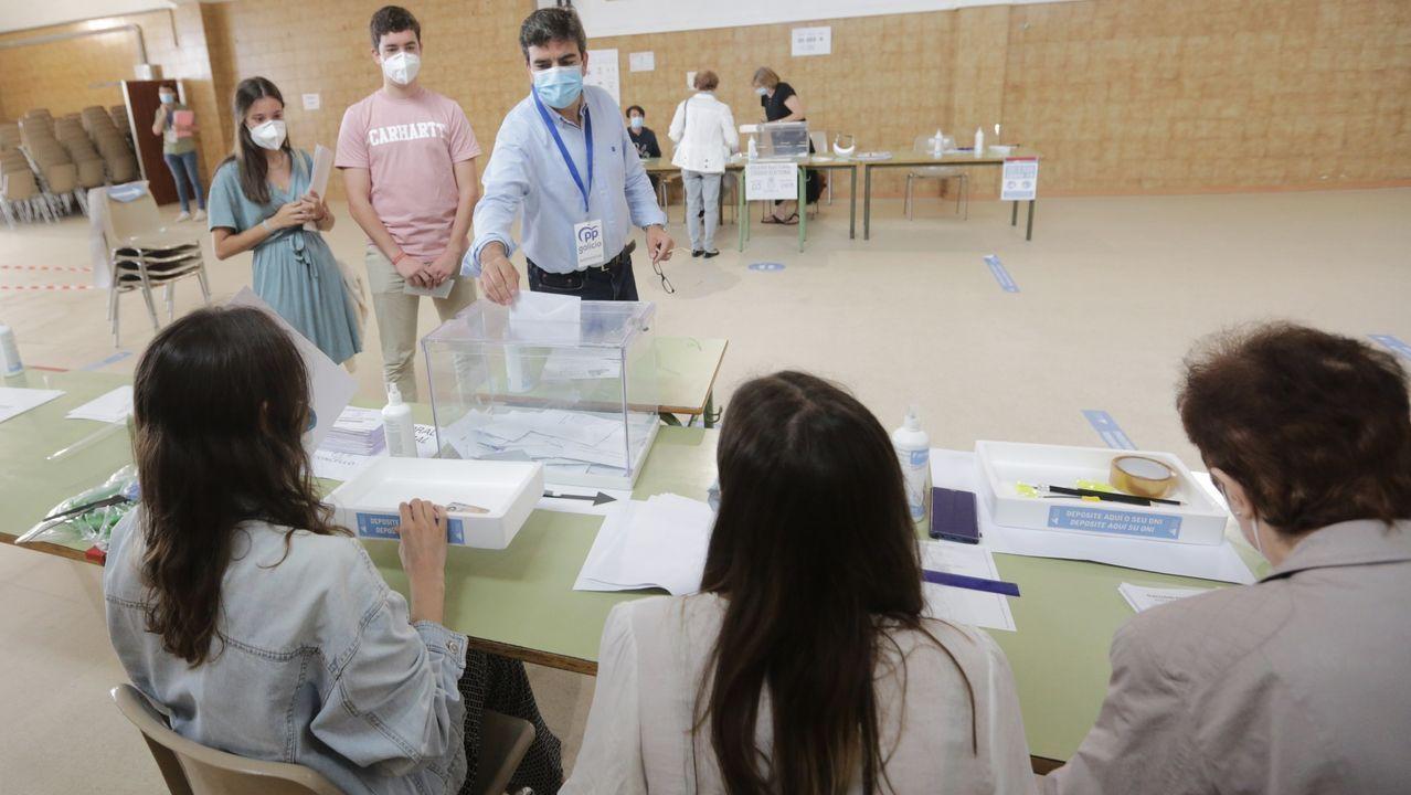 coruna.Gente votando en un colegio electoral de A Coruña