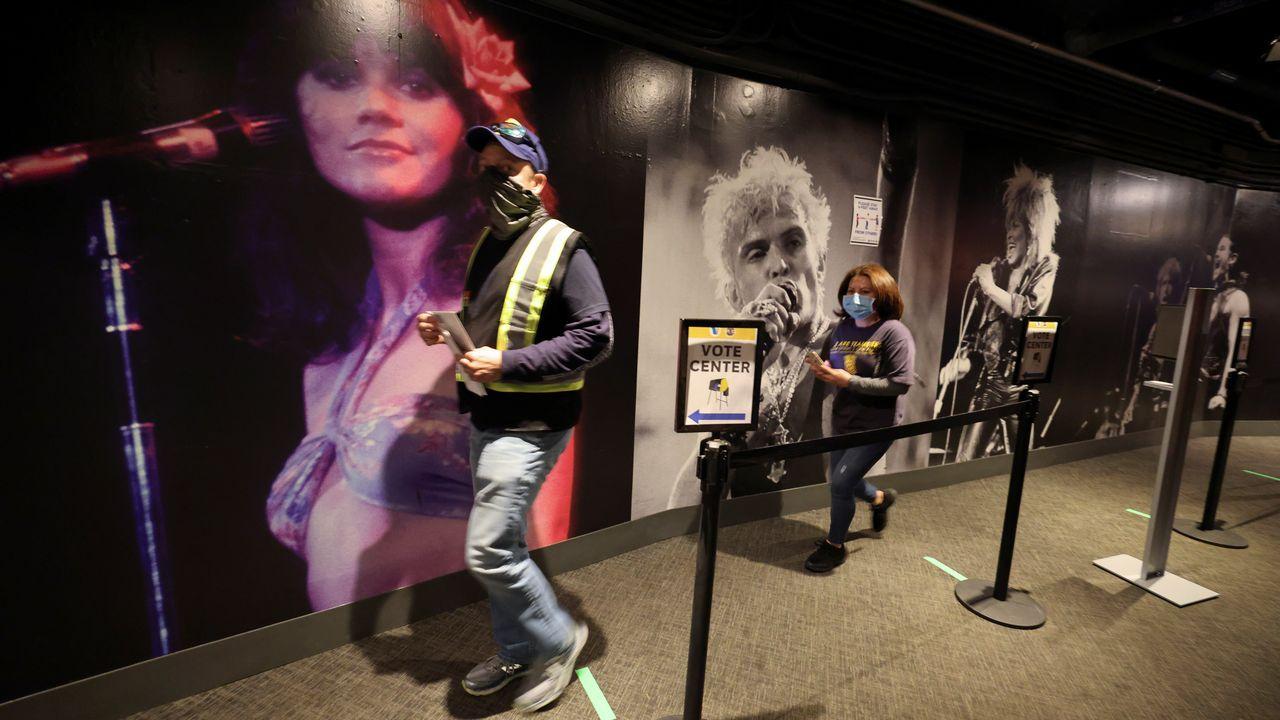 La gente hace cola en un centro de votación en California