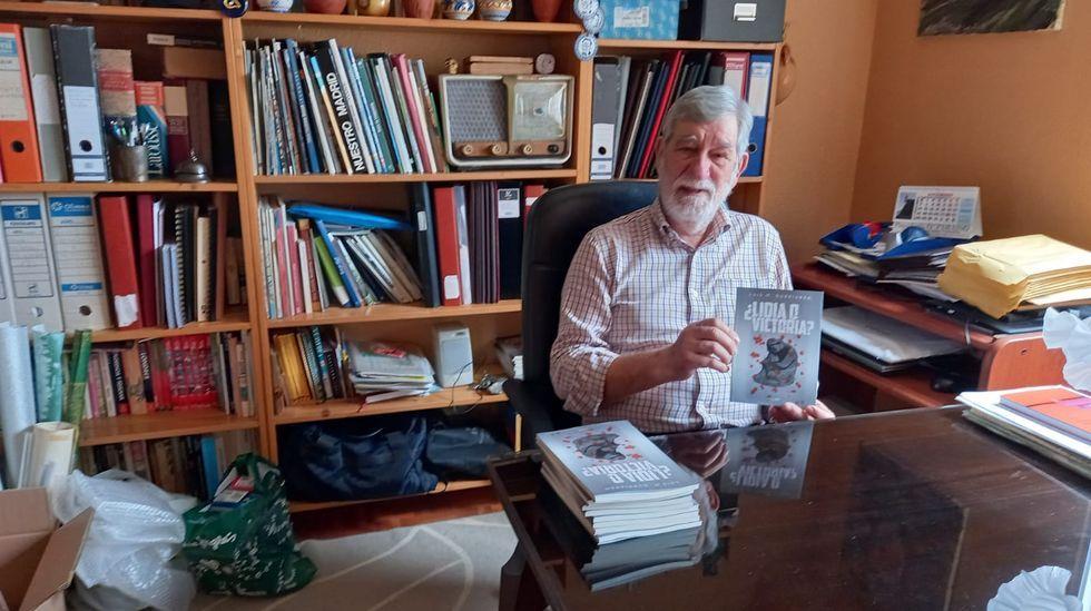 Luis Manuel Gurriarán, con una copia de «¿Lidia o victoria?»