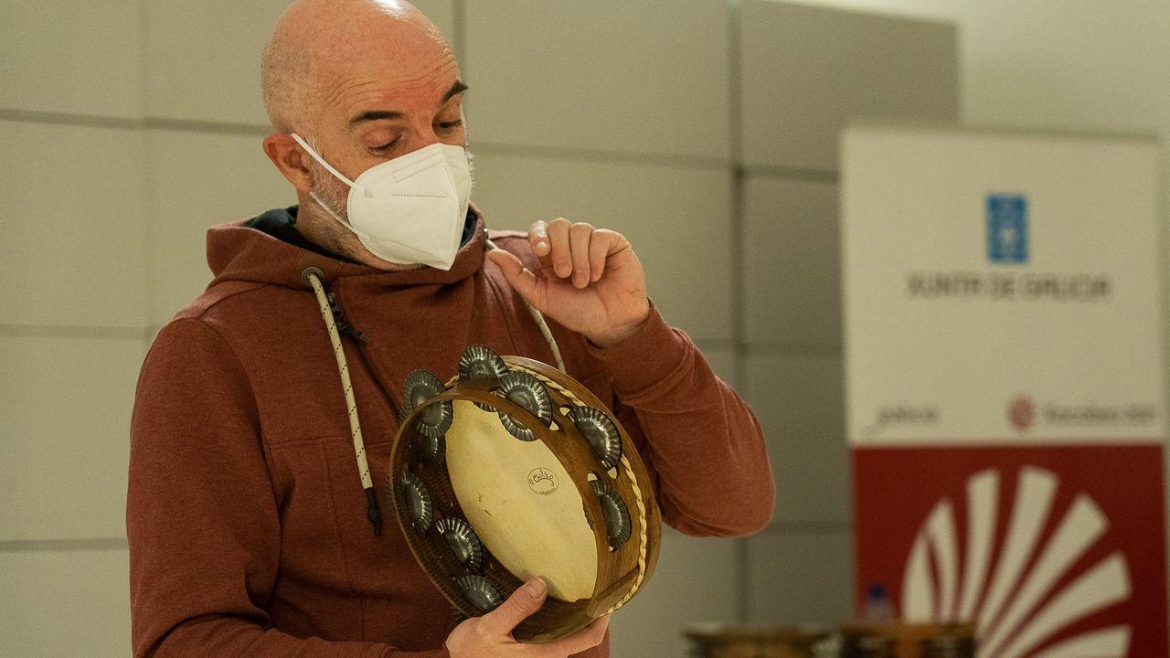 Xabier Díaz ofreceu un obradoiro de pandeireta na Cidade da Cultura