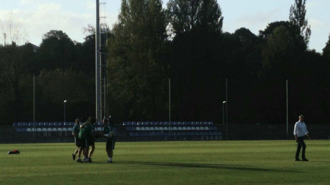 Arribas se va ayudado por miembros del cuerpo técnico, con Manolo Rodríguez, médico del club, caminando a unos metros