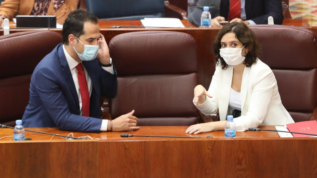 La presidenta de la Comunidad de Madrid, Isabel Díaz Ayuso, habla con el vicepresidente de la Comunidad, Ignacio Aguado