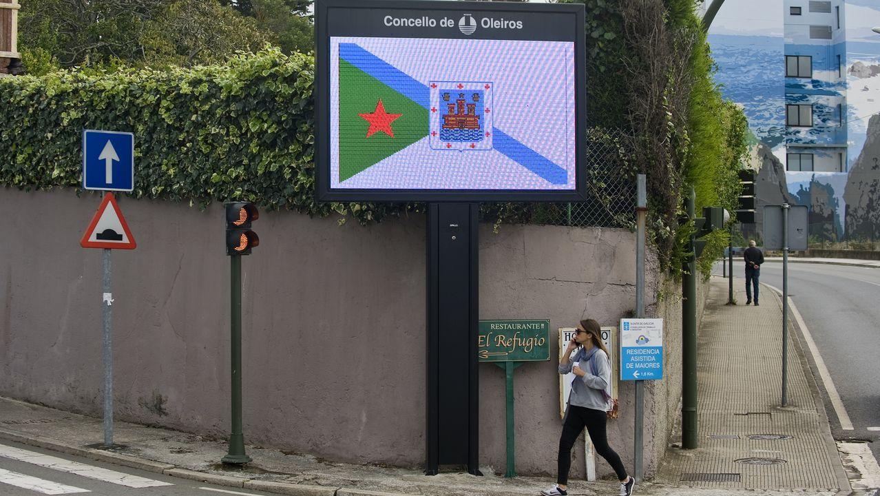 Así se combate al imperio del jabalí.Davizón Díaz y Pilar Casals delante de la casa que están restaurando en Irixoa