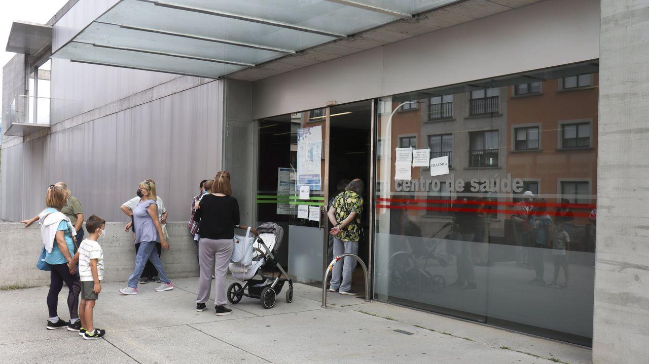 Personas haciendo cola, este martes, en el centro de salud de A Parda, en Pontevedra