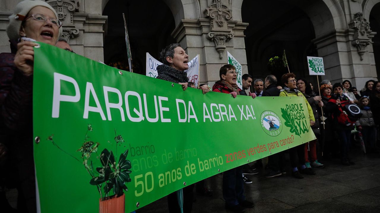 Vecinos del Agra del Orzán se concentraron en María Pita antes del pleno.