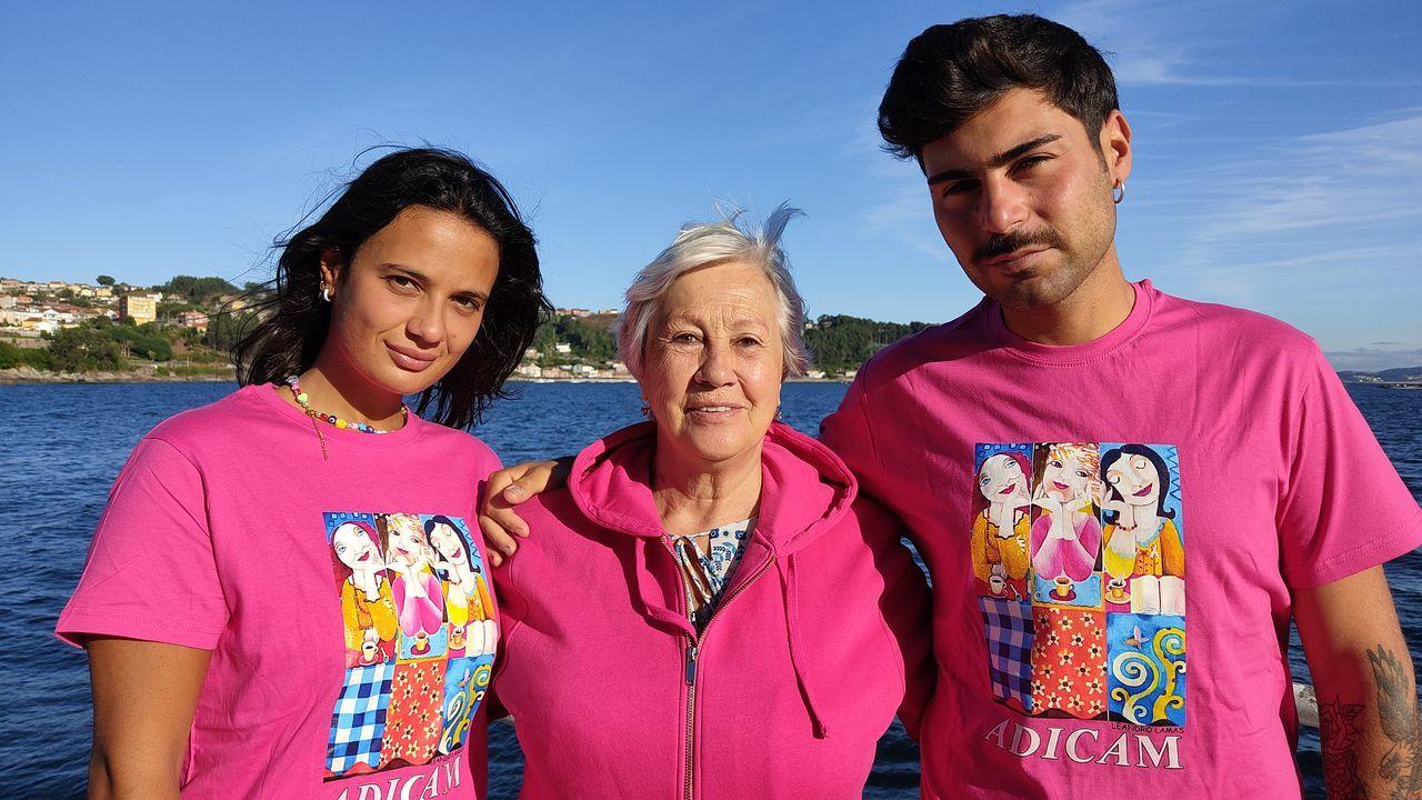 Lara Tronti, Olga Sotelo y Hugo Pérez, en el puerto de Bueu con las nuevas camisetas