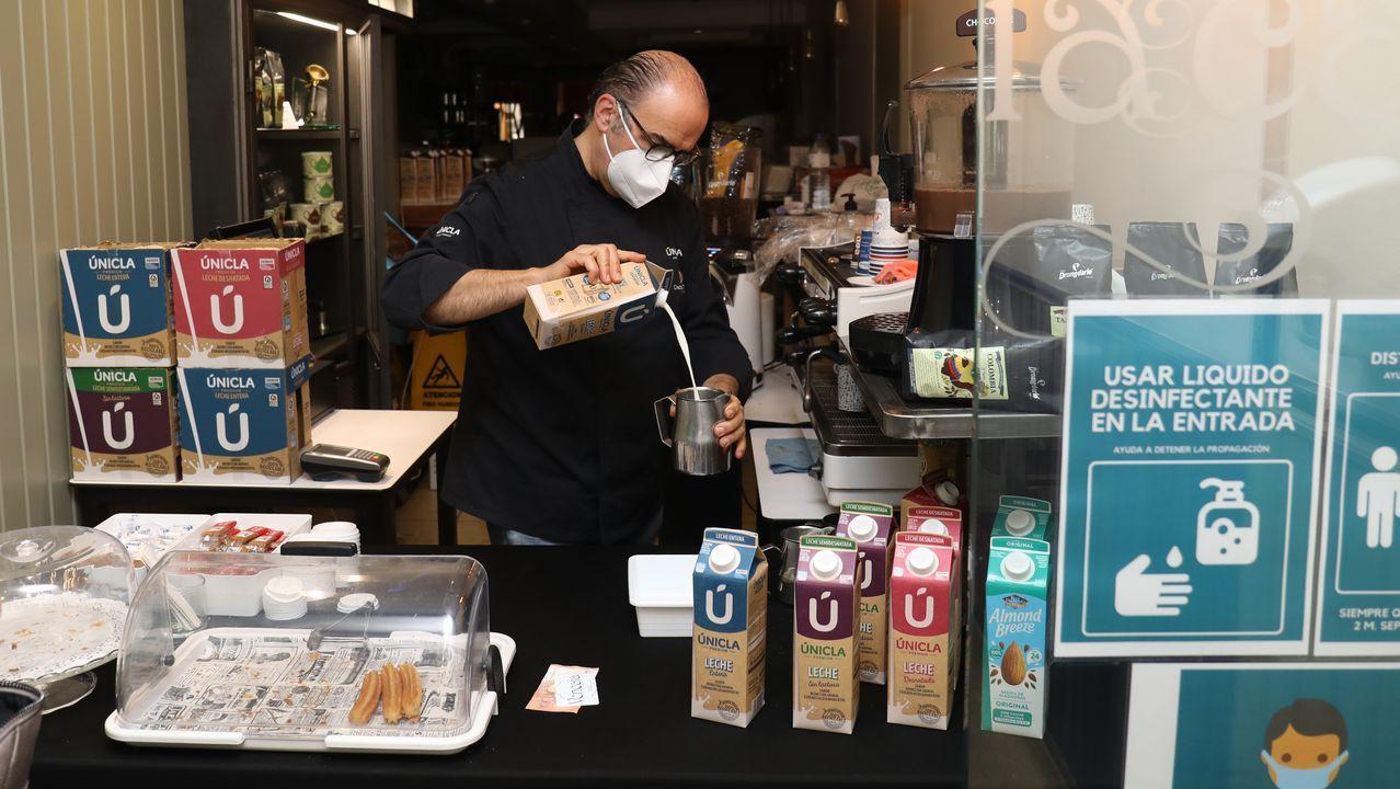Óscar de Toro, propietario de la cafetería Venecia, en la calle del Hórreo, no tiene terraza pero abre para seguir atendiendo a sus clientes más fieles, que van a buscar el café para llevar