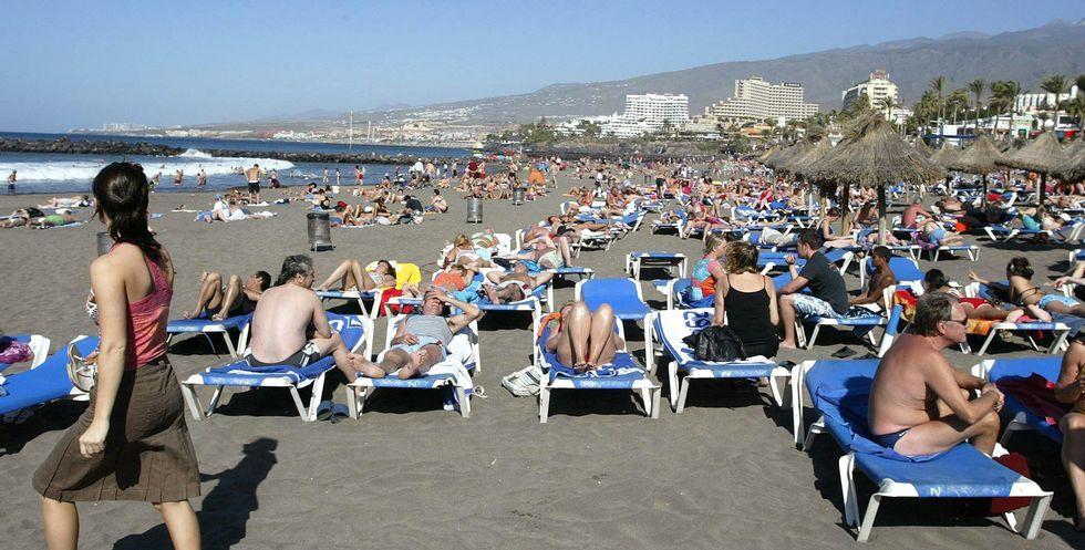 Los arousanos optan por mezclarse entre los miles de visitantes que cada año acuden a las playas canarias.