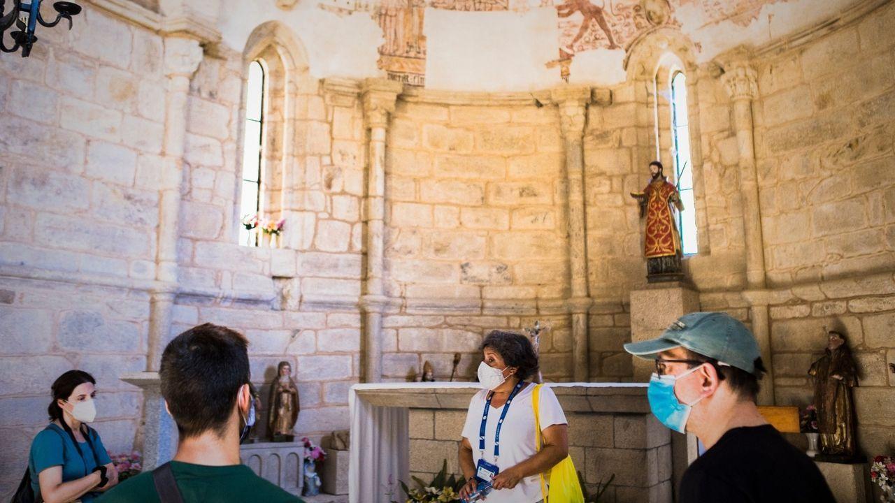 Una de las visitas guiadas que se ofrecieron durante la temporada de verano en la iglesia de Chouzán, en Carballedo