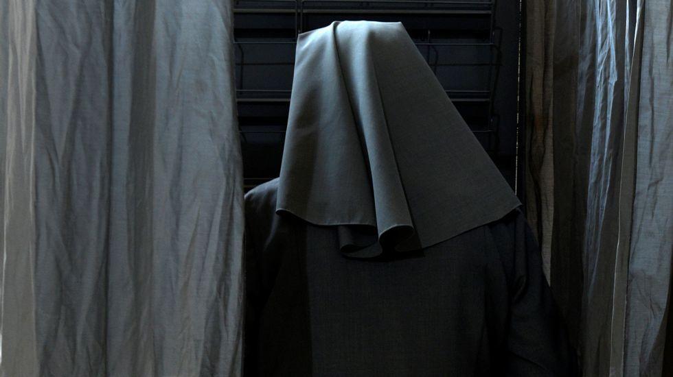 Una monja, votando en Oviedo