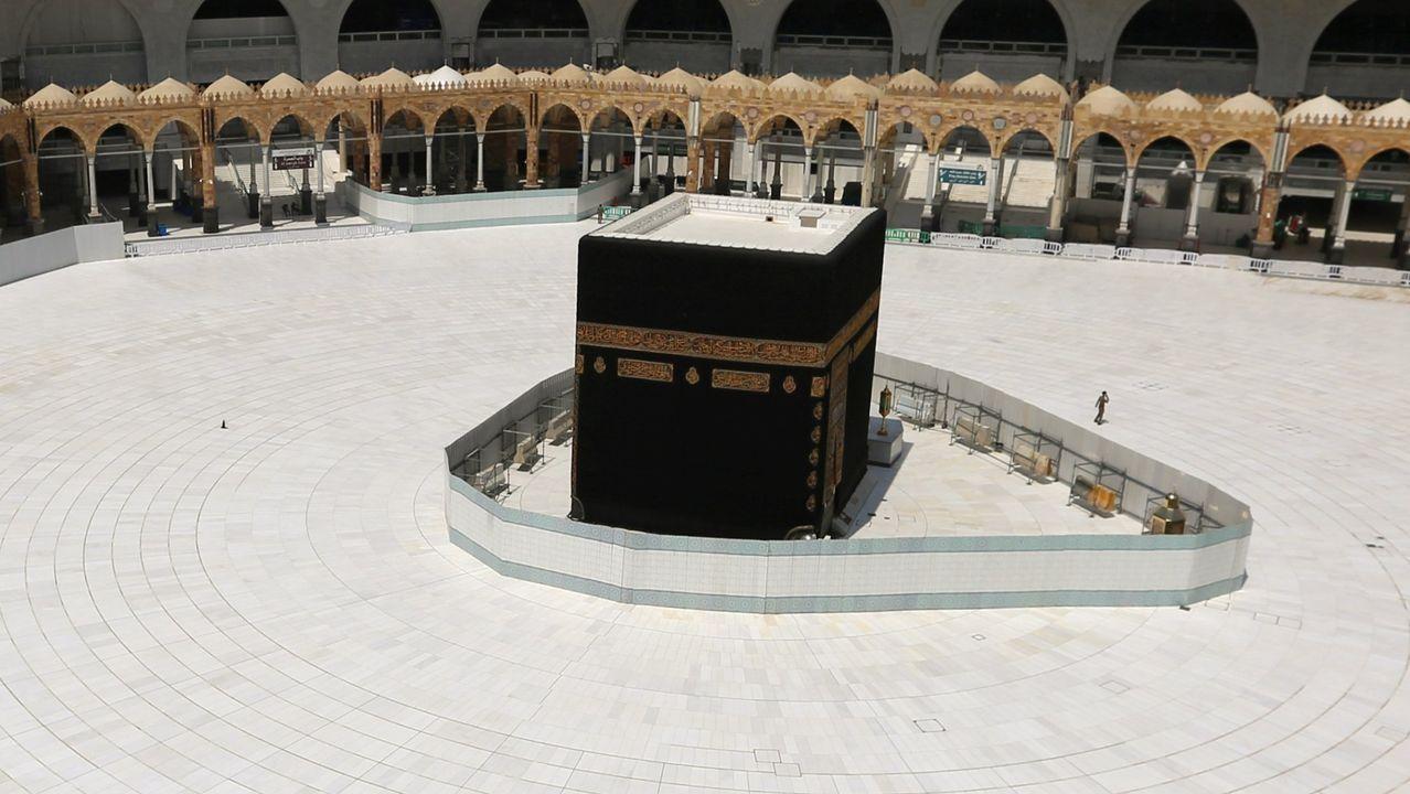 Vista de la Kaaba en la Gran Mezquita de la Meca.