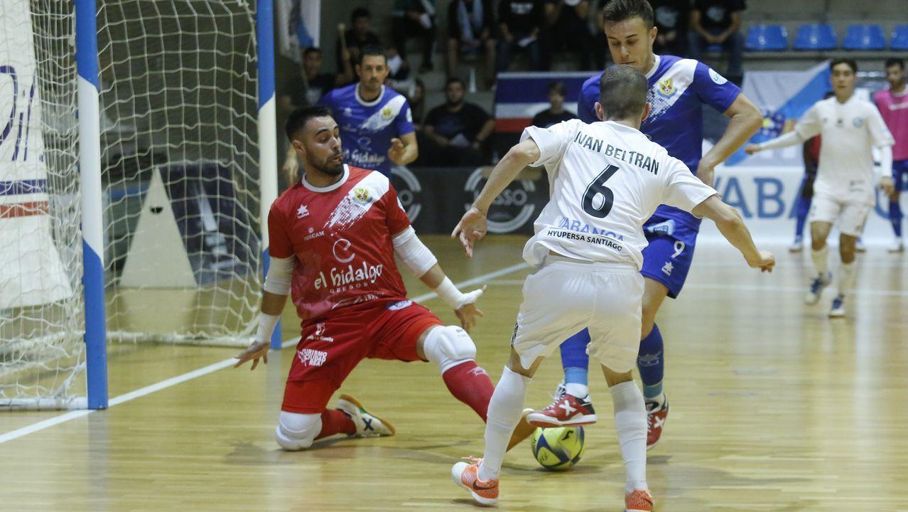Tejera Real Oviedo Numancia Carlos Tartiere.David Simón presiona a un rival en el Deportivo-Alcorcón de la temporada pasada