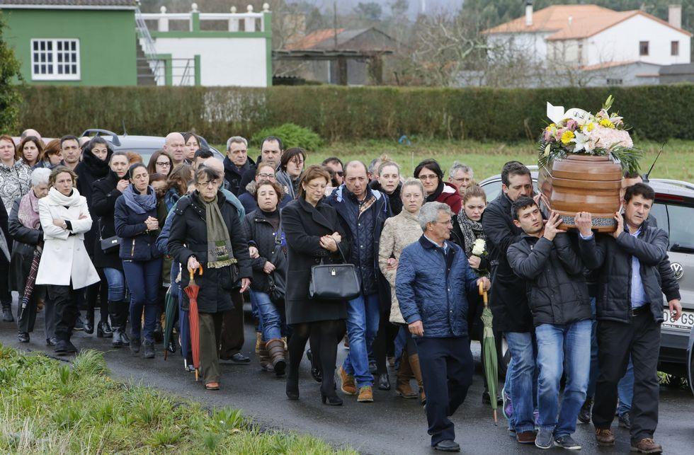 La comitiva fúnebre llegando a la iglesia parroquial de San Cremenzo de Pazos.
