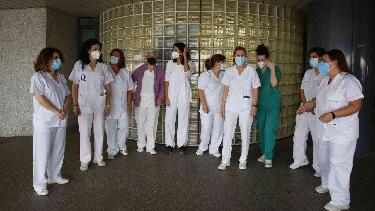 Celadores de la lista «pool» de Pontevedra, en el hospital Montecelo, denuncian que están sin vacunar. En la imagen hay dos celadoras eventuales no «pool», que tampoco están inmunizadas