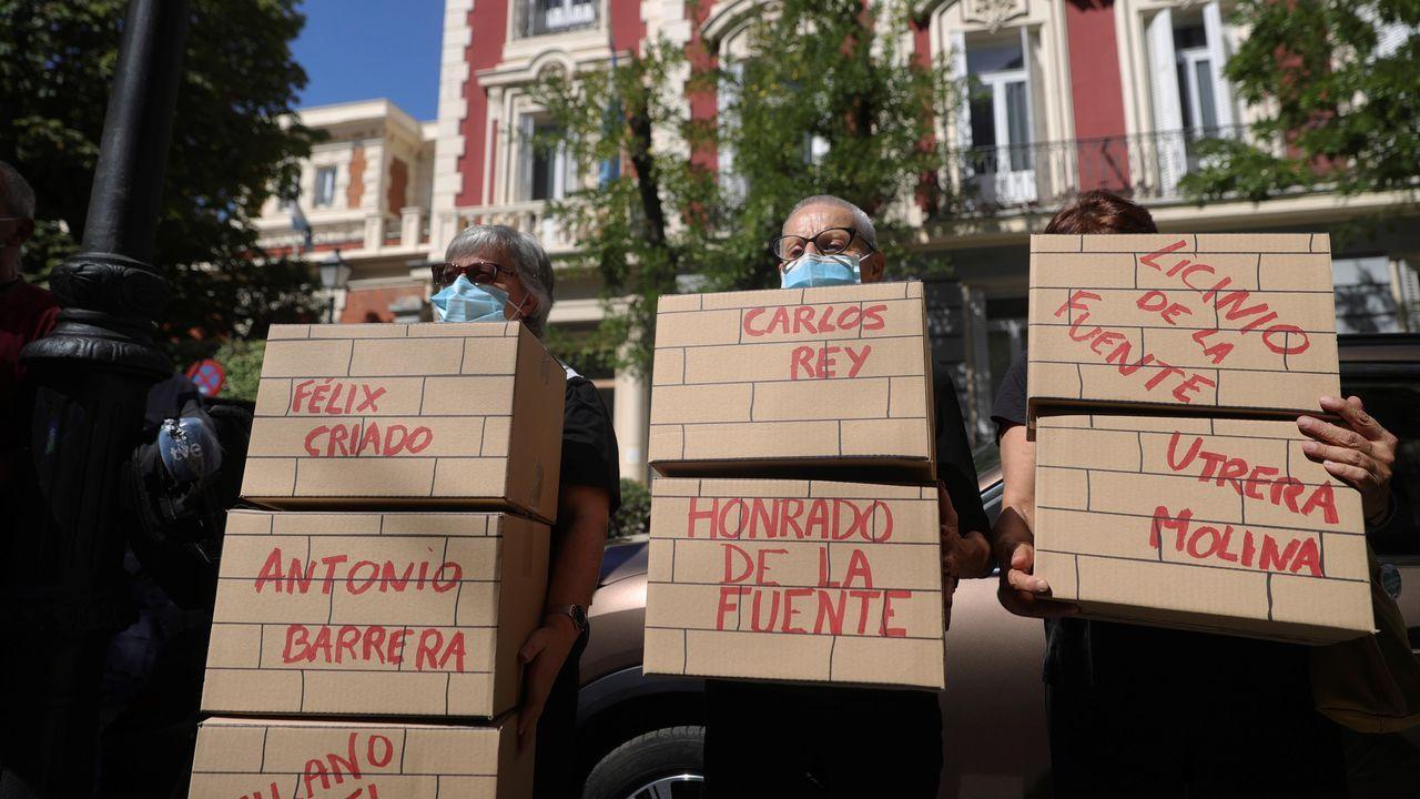 Varias familiares de víctimas participan en una protesta frente a la Embajada Argentina en Madrid, este jueves, durante la jornada en que el exministro del Interior Rodolfo Martín Villa declara ante la jueza argentina María Servini