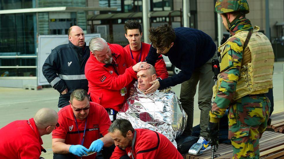 Una de las víctimas, atendidas por los servicios de emergencia