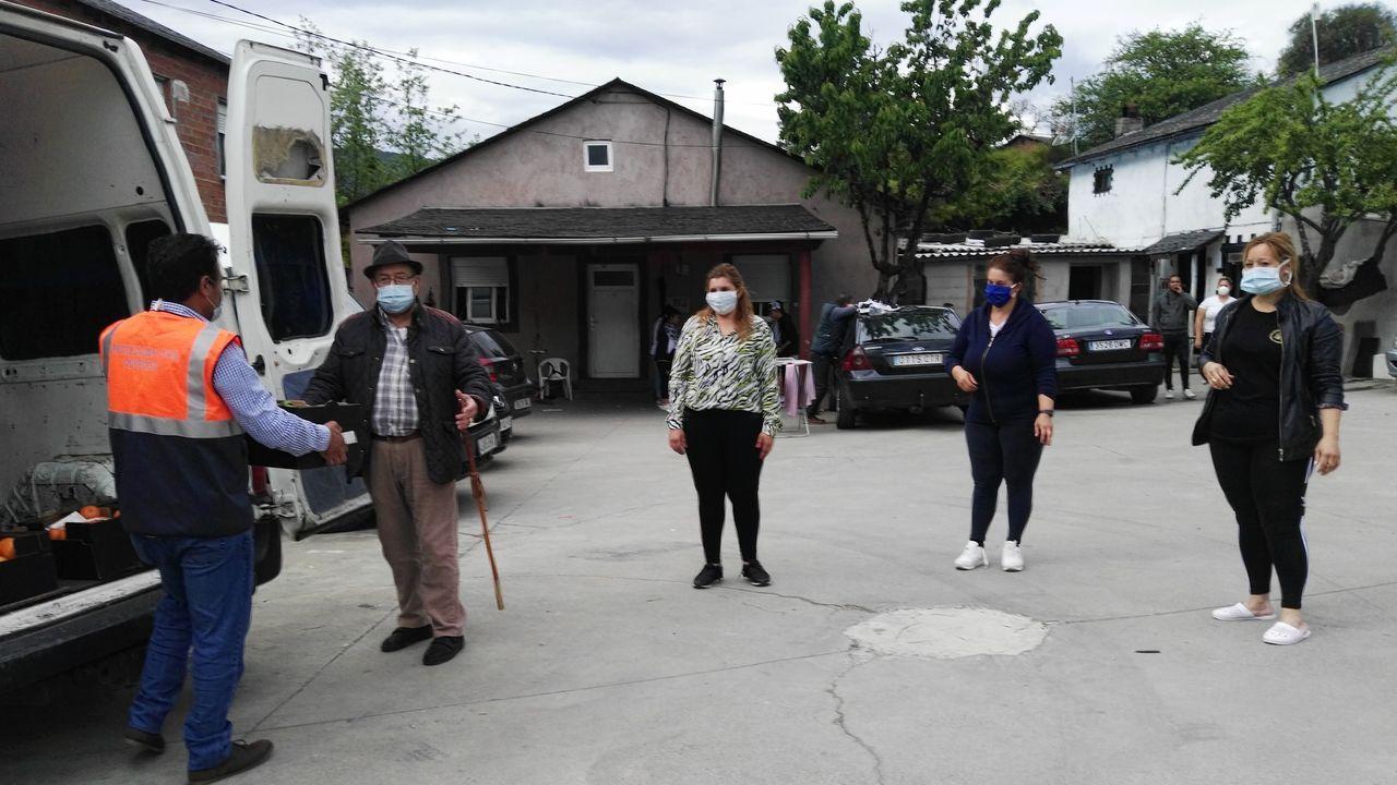 Entrega de alimentos a los habitantes del núcleo de Toucedo, donde ahora viven 76 personas