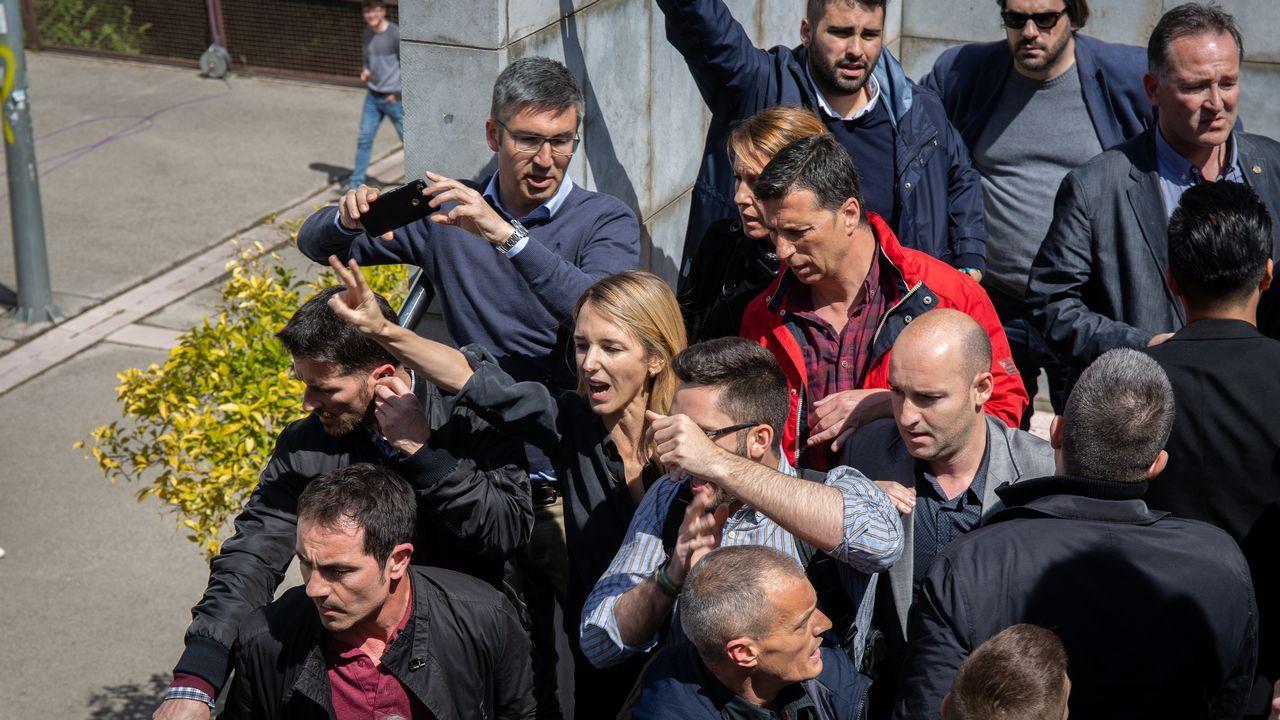 El tumulto en los accesos de la Universidad Autonóma de Barcelona ante la presencia de Cayetana Álvarez de Toledo (en el centro de la imagen, con camisa negra), hizo que se vivieran momentos de tensión