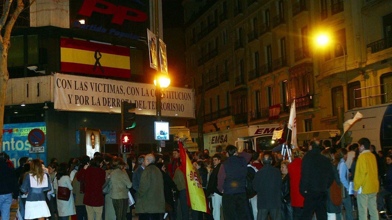 MARZO 2004. Simpatizantes del PP ante la sede nacional del partido tras las derrota de los populares en unas elecciones generales marcadas por los atentados del 11M