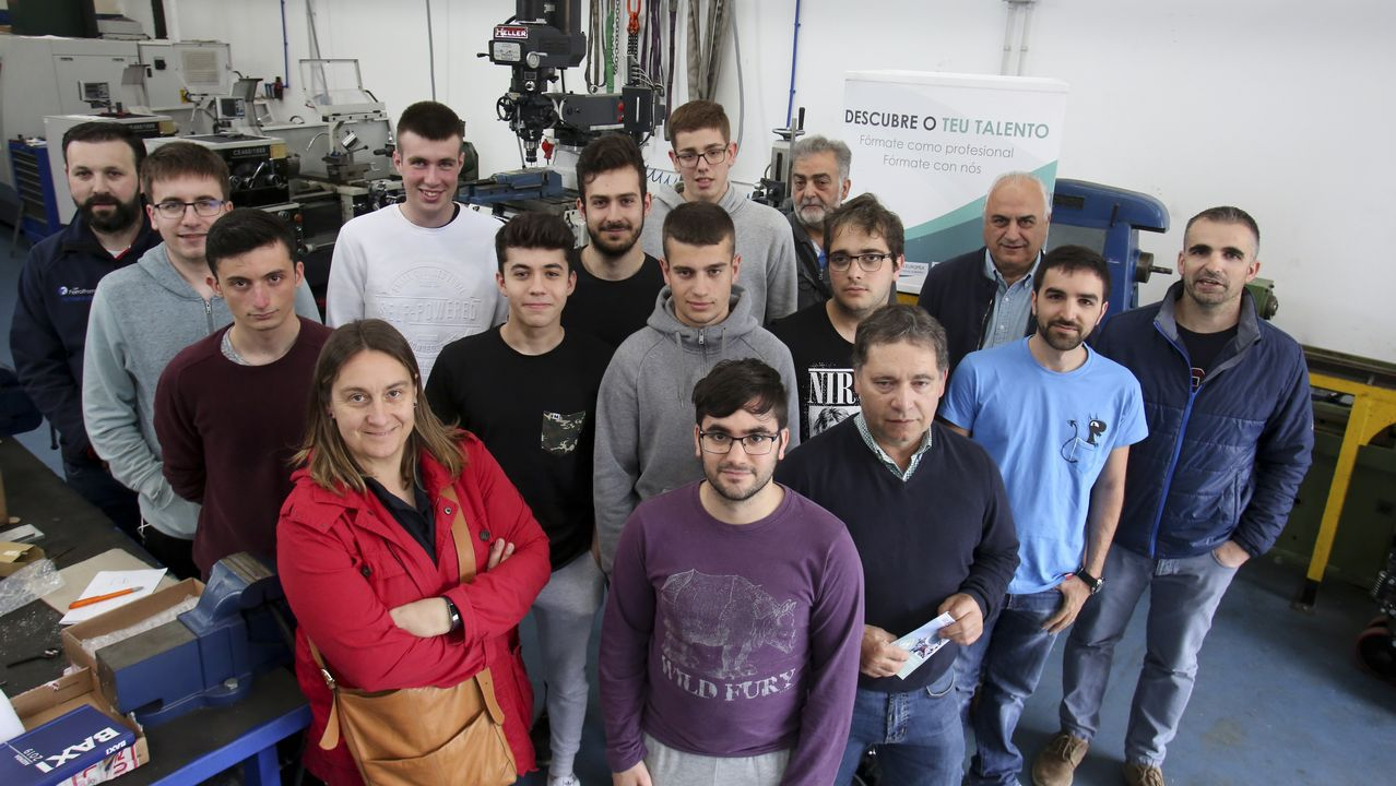 Compostela reúne a los mayores talentos innovadores.En la imagen, parte de los coordinadores de los proyectos ganadores con algunos de los alumnos que los harán realidad