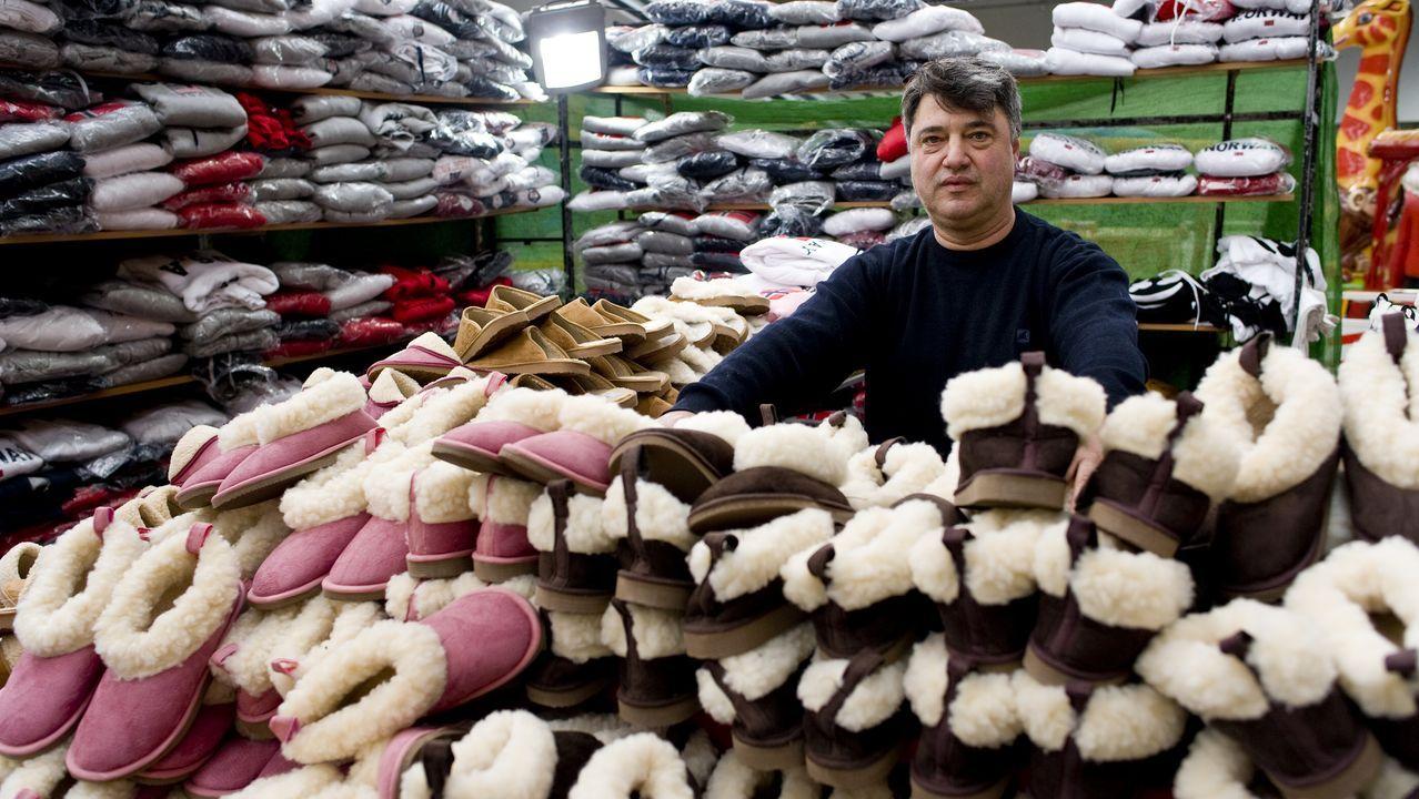Zapatillas de Aveiro. Las pantuflas que vende Armando se hacen en Portugal, dice. Este trabajador por cuenta propia luso tiene mucho de gallego: «¿Cómo autónomo? Uns días moi ben, outros moi mal»