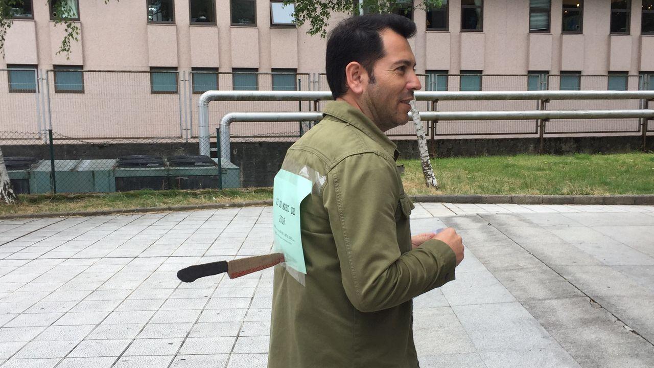 Un funcionario acude a votar «acuchillado» a las elecciones sindicales en Vigo.Huelga de médicos de atención primaria. Imagen del ambulatorio Concepción Arenal de Santiago