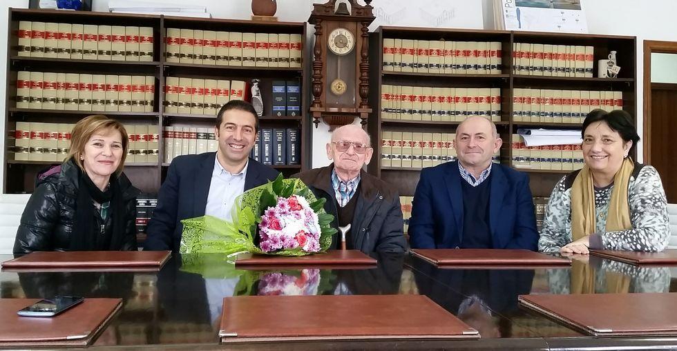 O alcalde, Alfonso Villares, e a concelleira Pilar Armada, agasallaron a Manuel Rivas Otero no concello.
