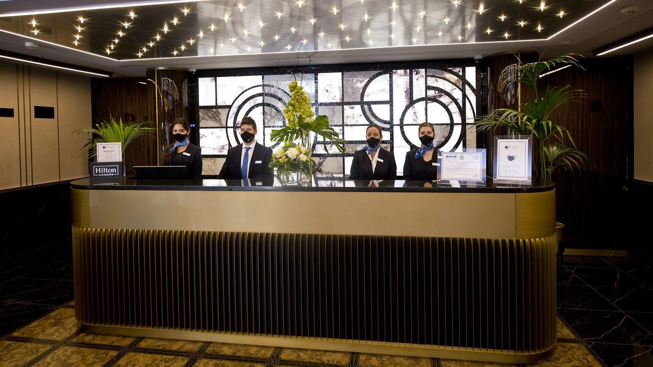 DoubleTree de A Coruña: entramos en el primer hotel Hilton de Galicia.Varias modelos lucen algunas de las creaciones del gallego para la firma Pertegaz