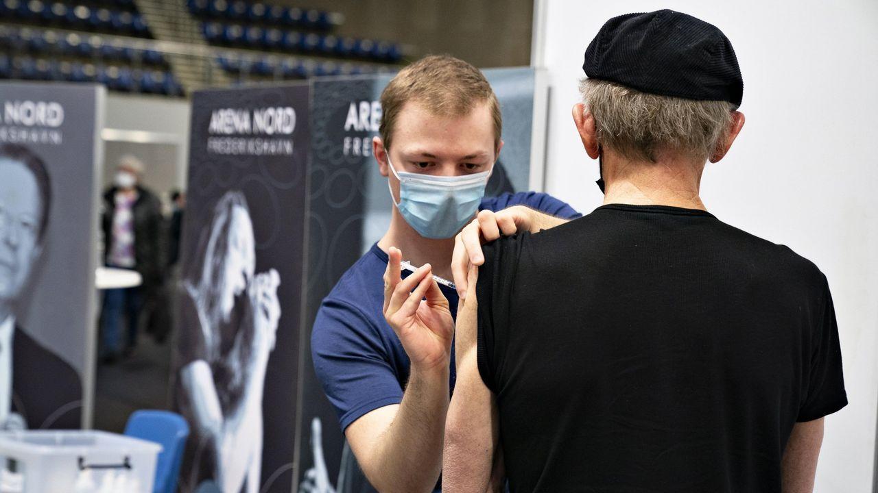 Un hombre recibe su dosis de la vacuna en Jutland, Dinamarca