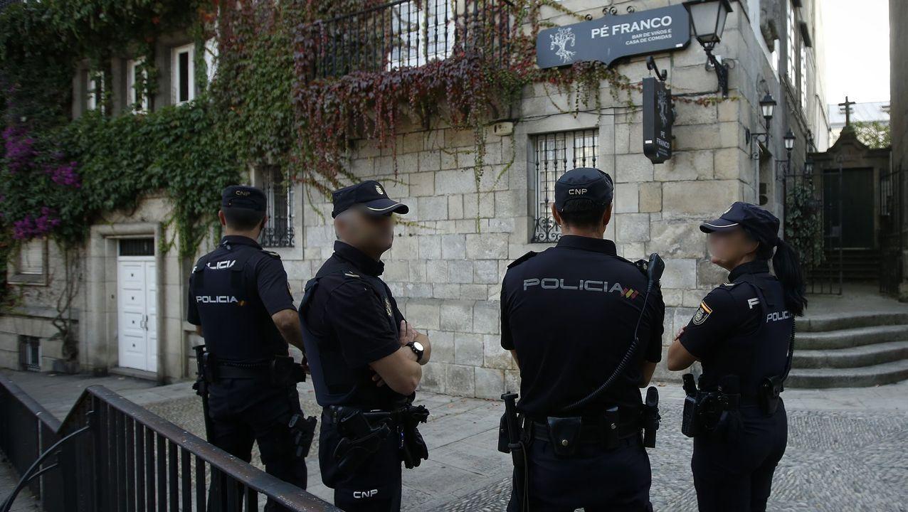 UN ENCAPUCHADO QUEMANDO UNA BANDERA DE ESPAÑA EN UNA MANIFESTACIÓN EN CATALUÑA