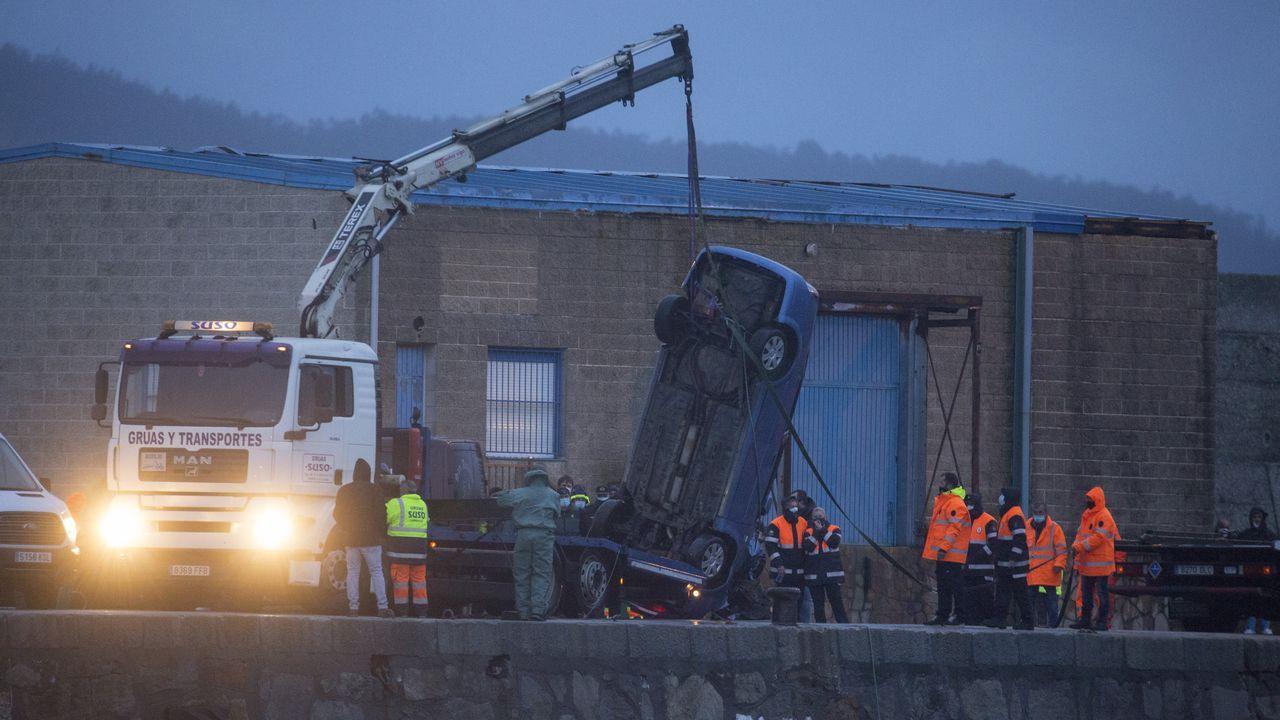Retirada del coche de Manuel Rodríguez Eiroa en el puerto de Laxe.Los dos puntos naranja muestran las zonas de los temblores