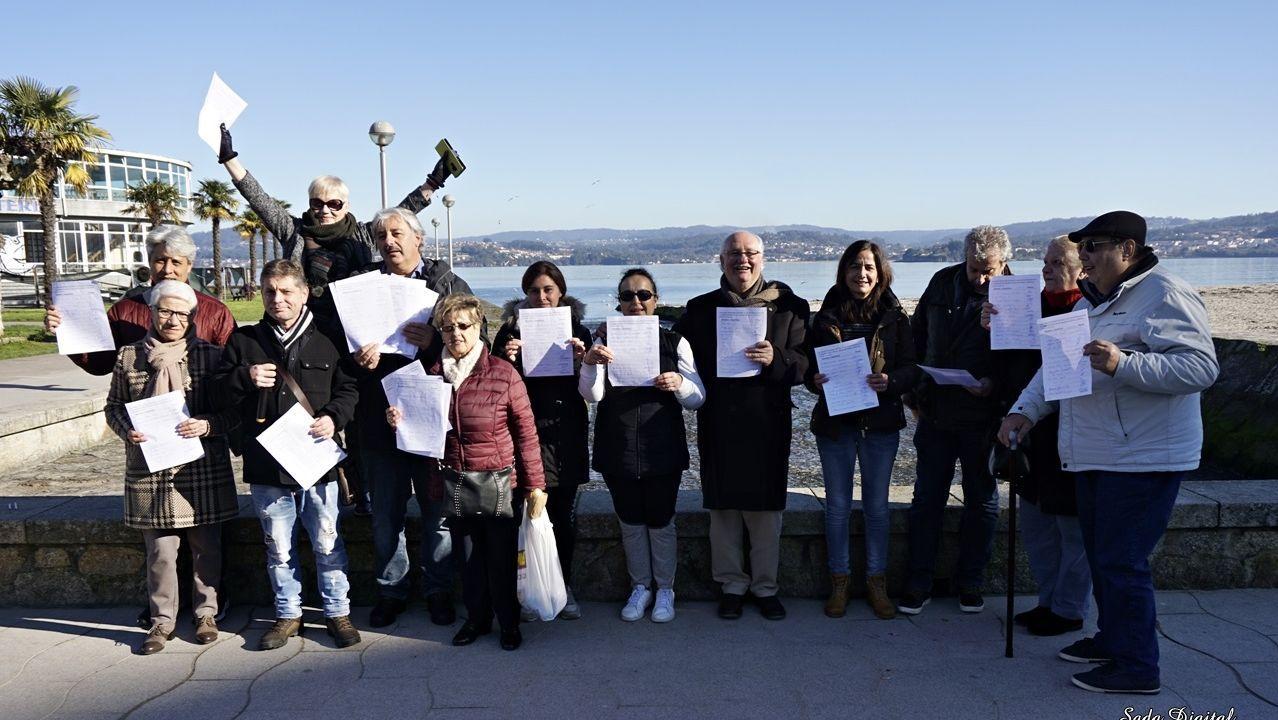 Accidente en el peaje de Guísamo.Imagen de la concentración tras la primera recogida de firmas para la regeneración de la playa de vecinos de Sada