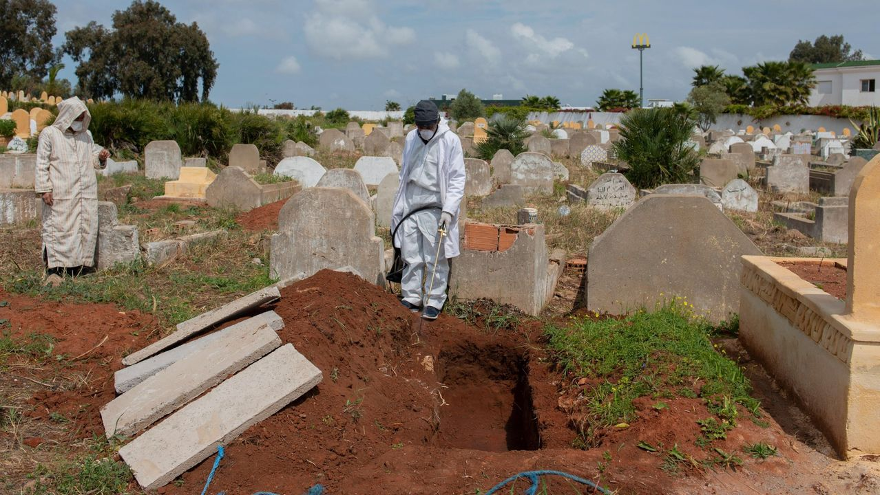 Un enterrador marroquí desinfecta una tumba