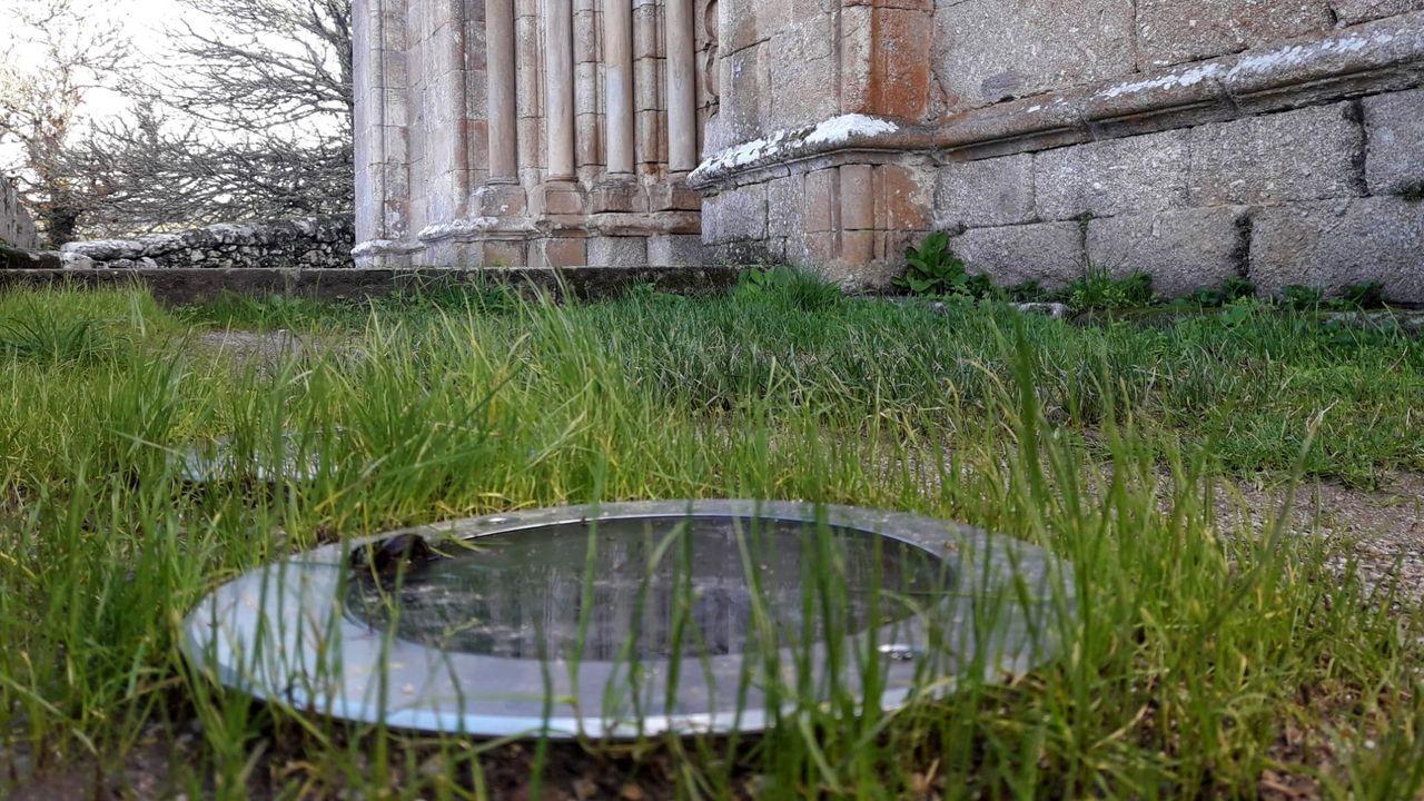 Ruidos y actos vandálicos durante la madrugada del sábado en el casco histórico de Ourense.Uno de los focos situados a ras de suelo que forman la iluminación exterior del templo