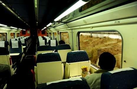 En la fotografía, vista interior de uno de los trenes que unen Ferrol y A Coruña.