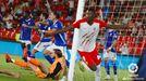 Sadiq, del Almería, celebra su gol anulado mientras los jugadores del Oviedo protestan