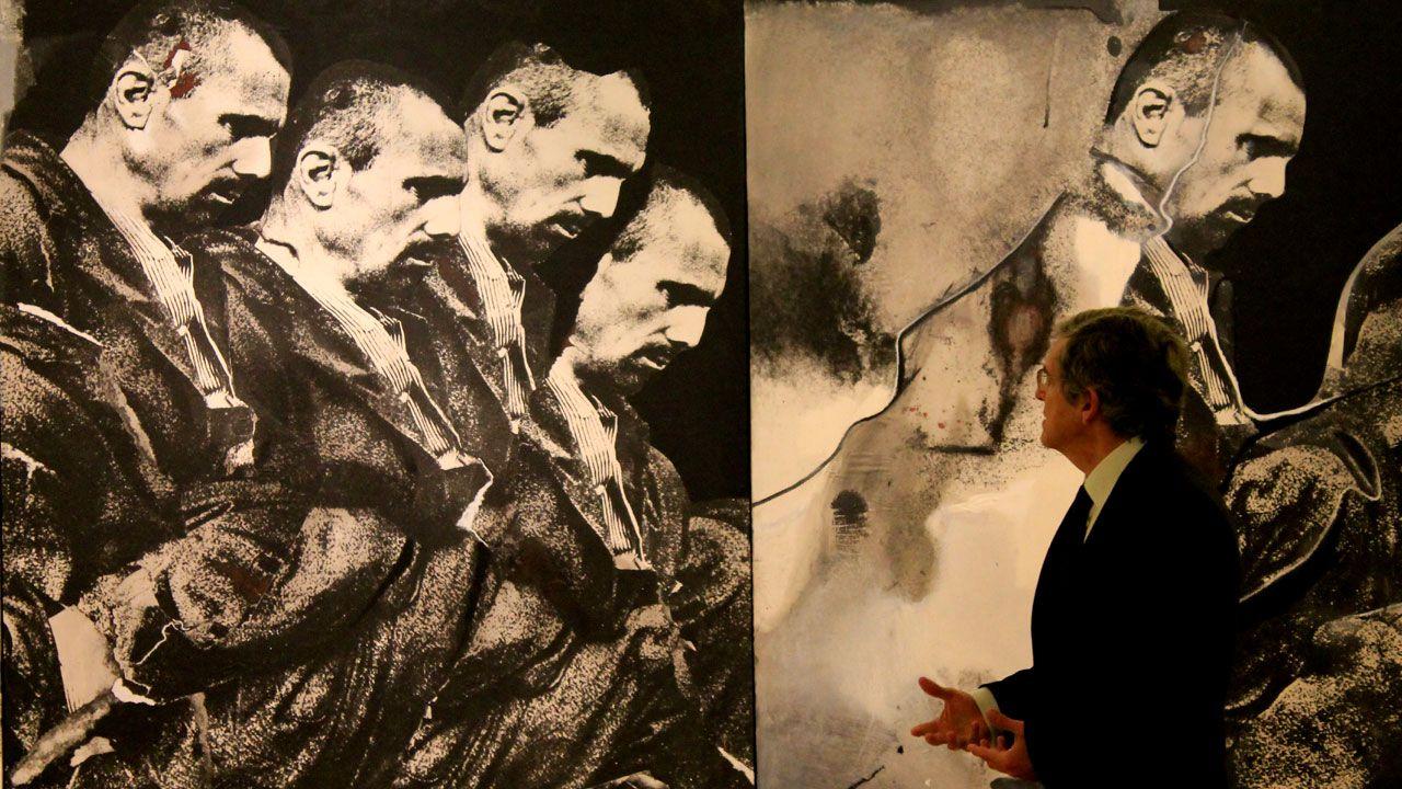 Javier Barón, ante la obra de Darío Villanueva integrada en el legado de Plácido Arango, en el museo de Bellas Artes de Asturias