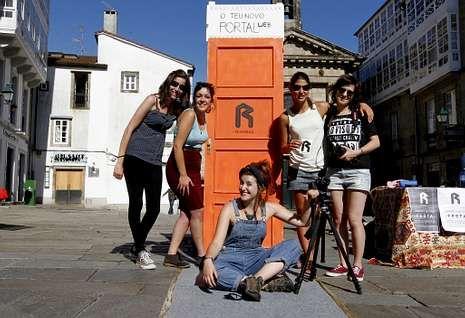 El  grupo presentó su proyecto de actividades ayer por la tarde en la praza de Cervantes.