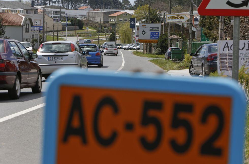 Un vehículo policial de Cee se niega a pagar el peaje en la AG-55.Imagen de la AC-552 sobre las tres de la tarde de ayer en la entrada a Carballo por Bértoa.