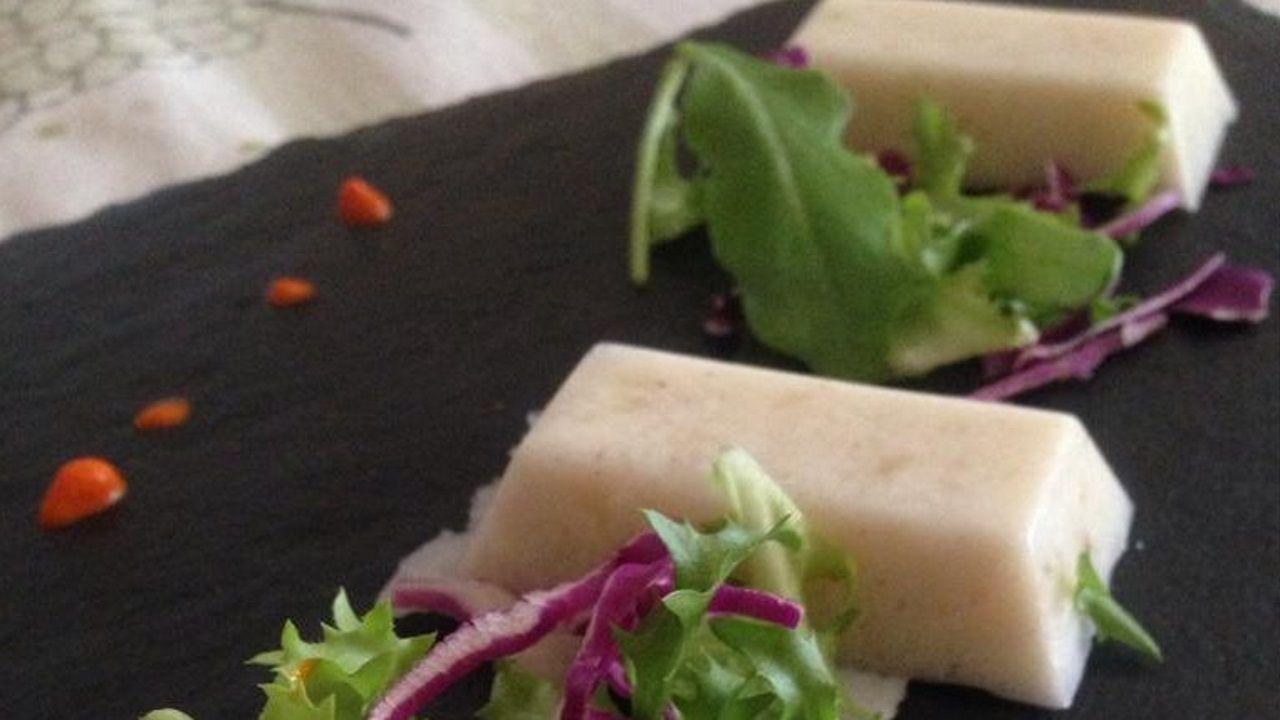 ENSALADA DE QUESO DE MERLUZA. Una de las patentes que tiene en su poder es el queso de merluza. Lo presenta con lechuga, tomate y cebolla del país.