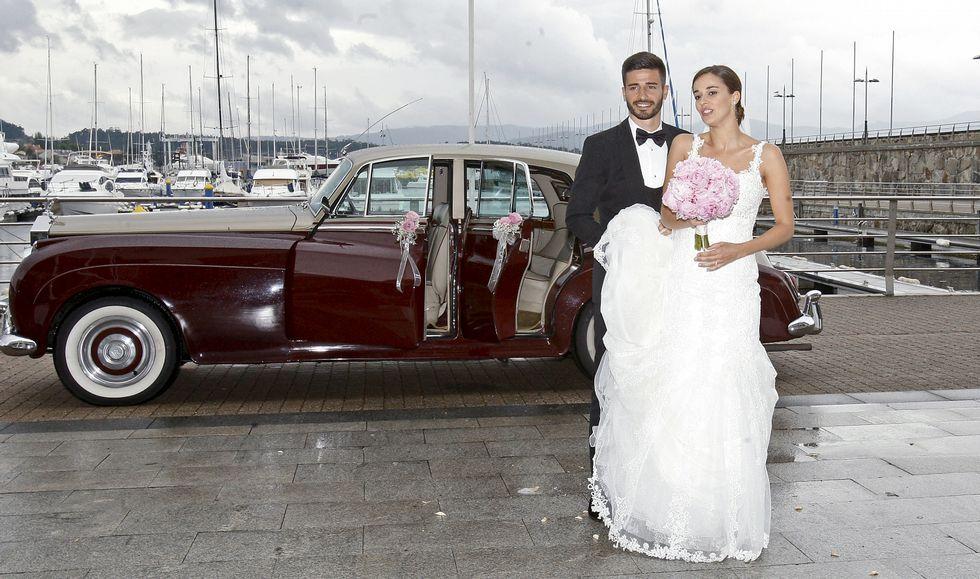 Fran y Diana, ayer a su llegada al Náutico de Sanxenxo tras la celebración de la boda, en la que se citaron amigos y familia.