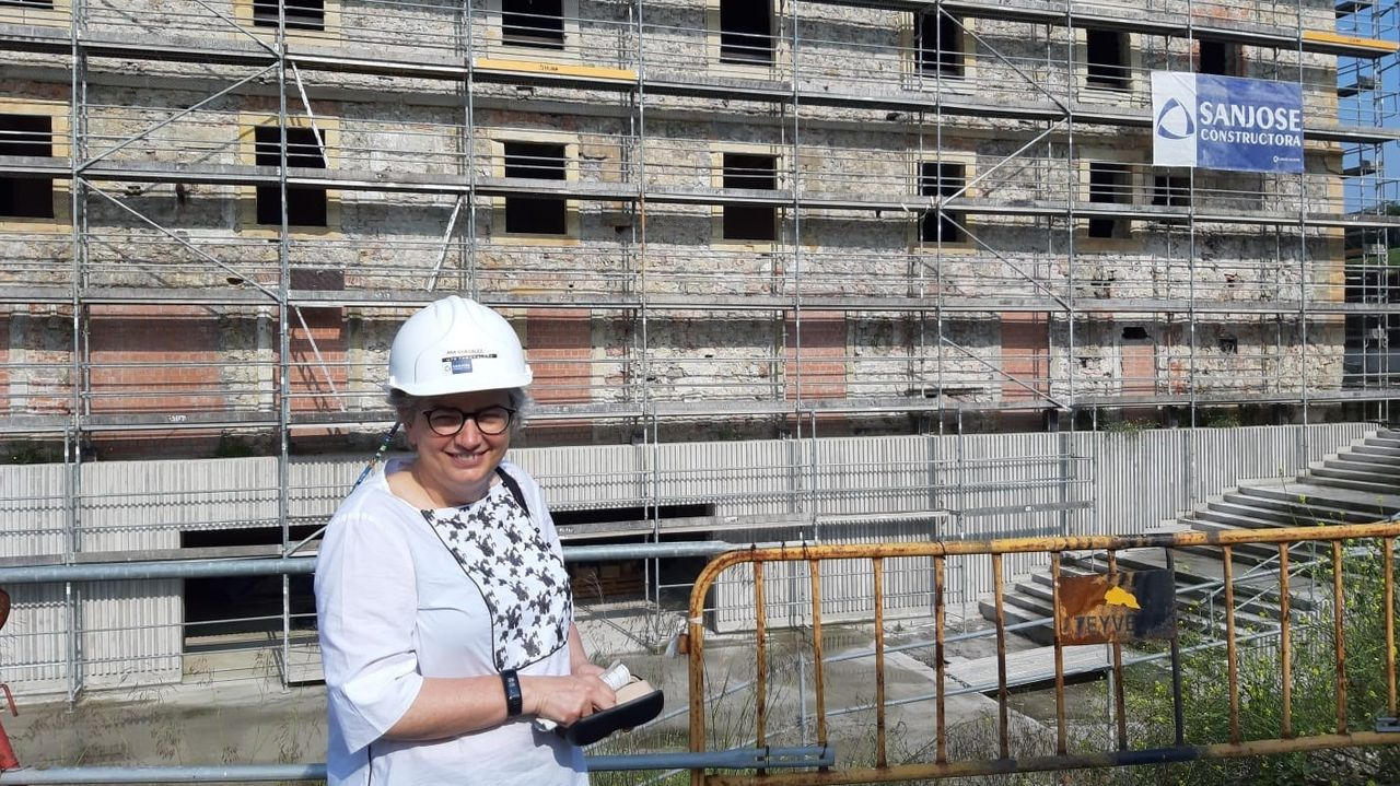 La alcaldesa de Gijón, Ana González, visita las obras de Tabacalera