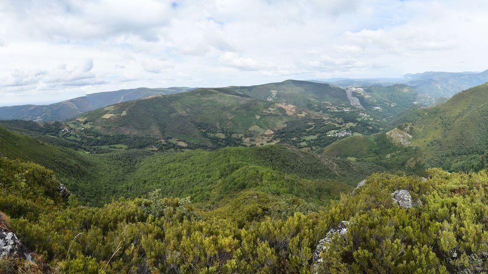 Panorámica desde A Pena da Escrita. Abajo a la izquierda, la aldea de Pedrafita (Folgoso do Courel)