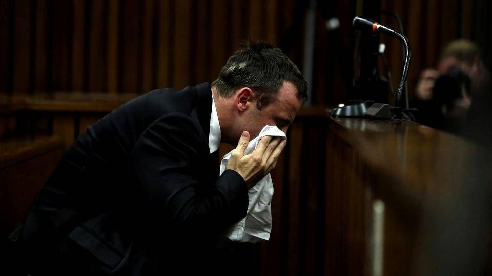 Óscar Pistorius se seca las lágrimas en el Tribunal Superior de Pretoria (Sudáfrica) el  lunes 7 de abril
