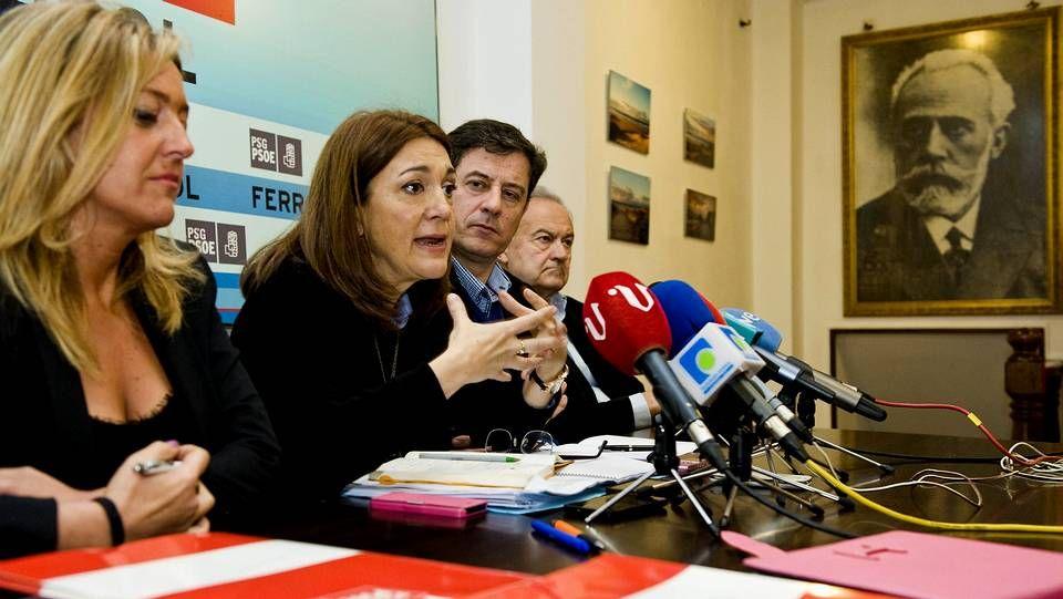 La ministra de la continuidad.Soraya Rodríguez (centro), junto a Besteiro y otras representantes socialistas, ayer en Ferrol.