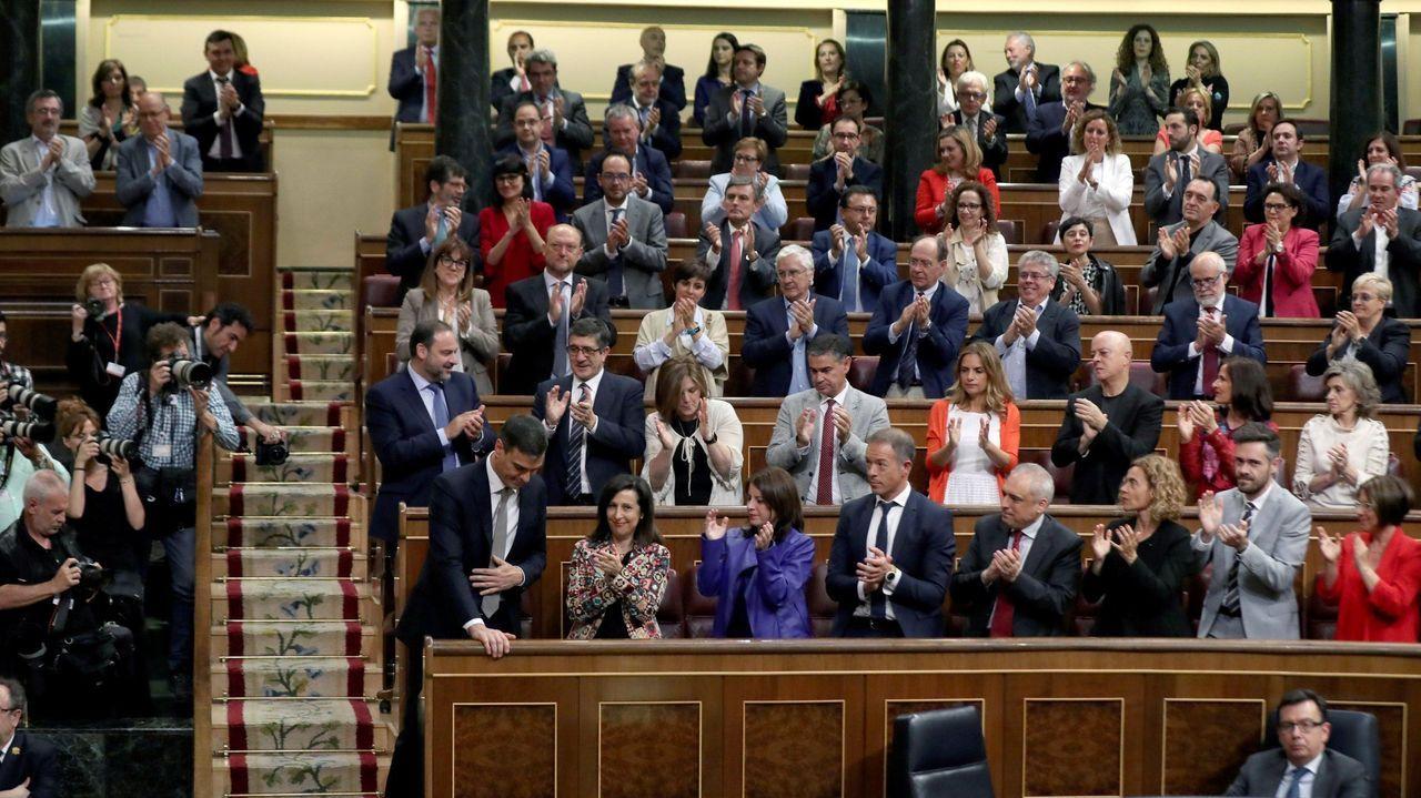 El líder del PSOE, Pedro Sánchez, recibe el aplauso de su grupo parlamentario tras la votación de la moción de censura contra Mariano Rajoy que le aupó a la presidencia del Gobierno