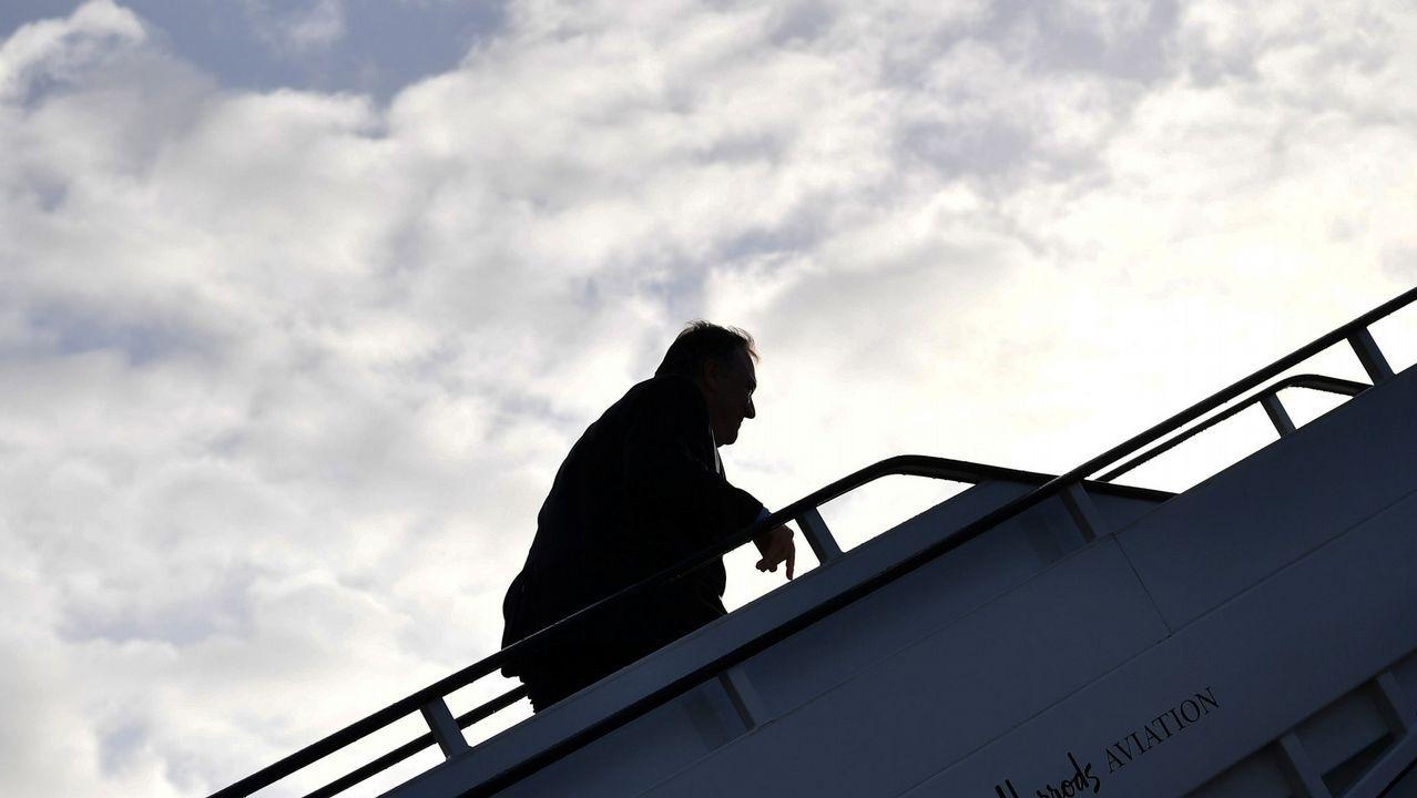Mike Pompeo subiendo al avión con destino a Bruselas