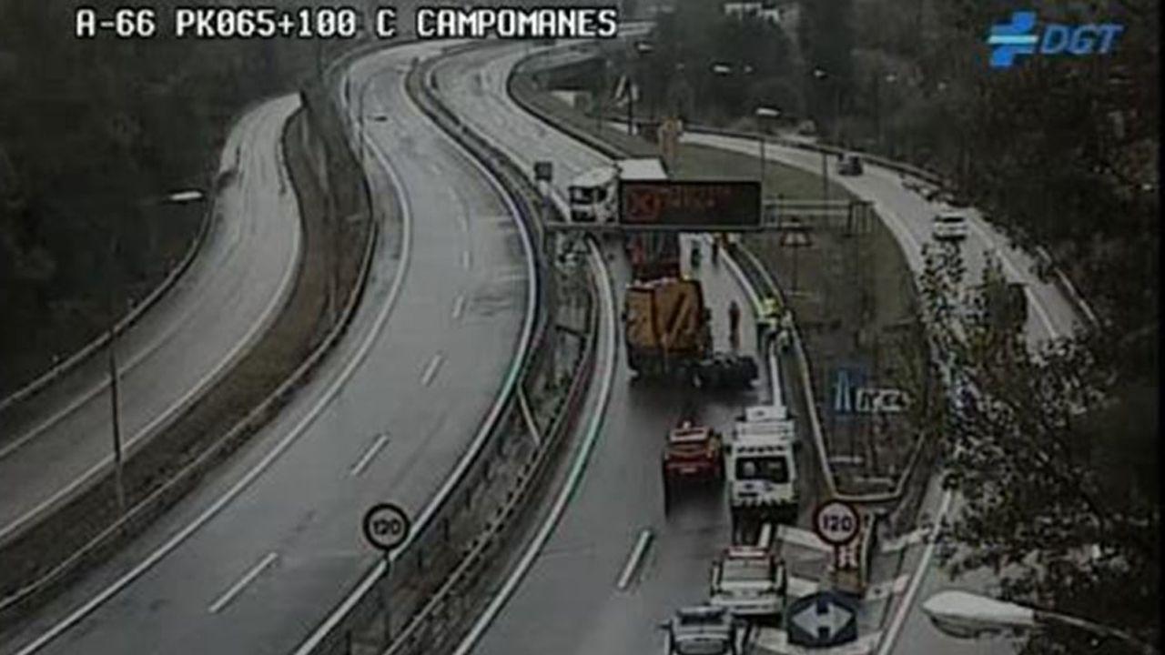 La autopista del Huerna.Un camión accidentado corta la A-66 a la altura de Campomanes