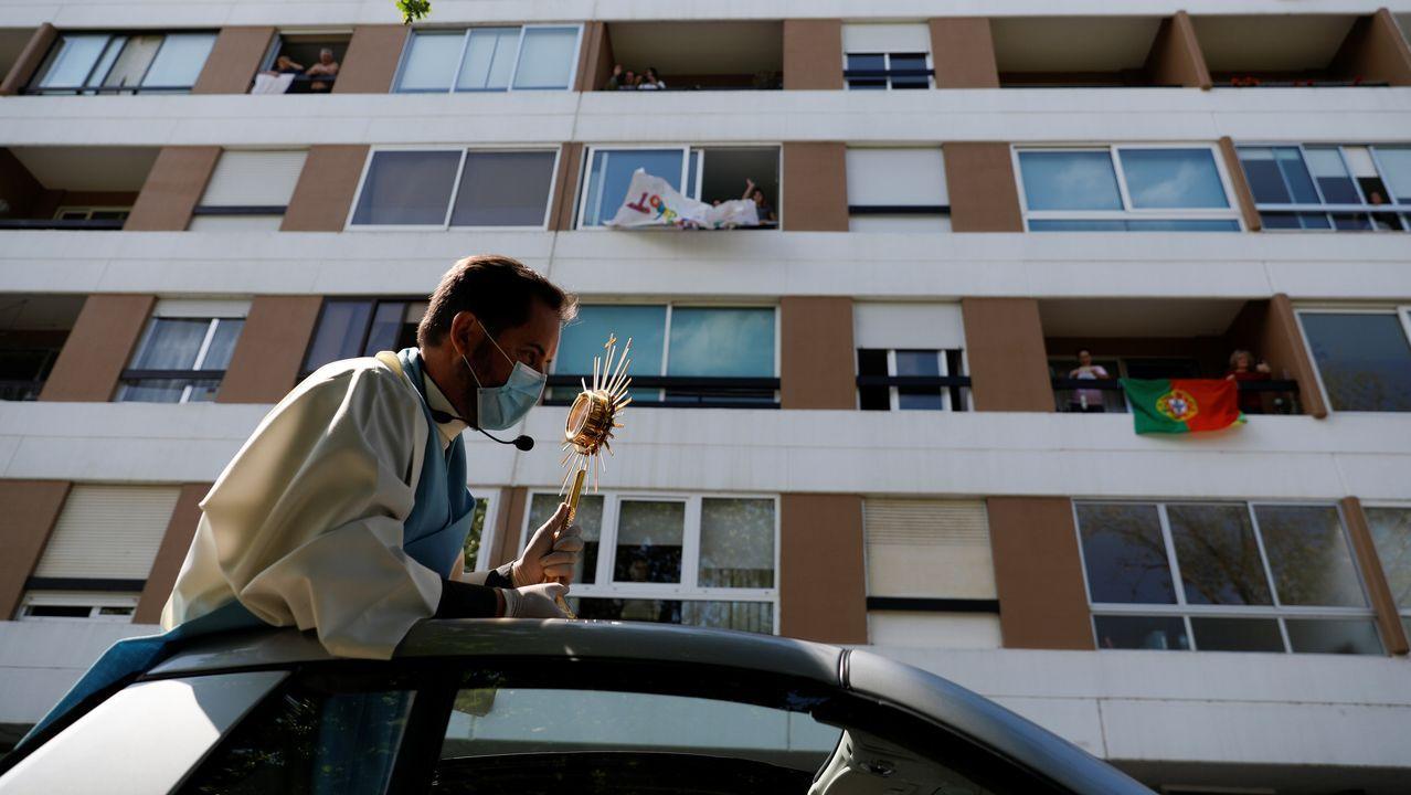 Un sacerdote recorre la localidad lusa de Oeirras bendiciendo durante el domingo de Pascua