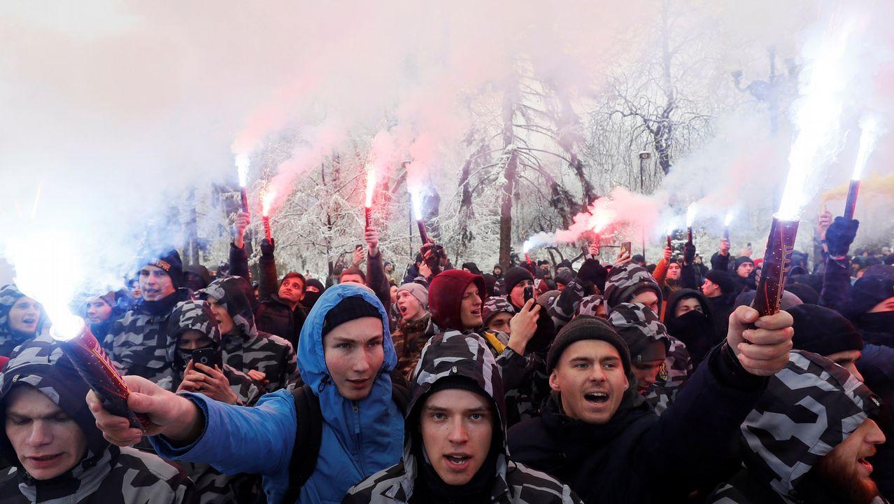 El Cantabria vuelve a casa.Activistas de ultraderecha queman bengalas para apoyar a la Armada ucraniana